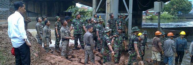Jokowi memantau perbaikan bendungan latuharhary tahun 2012